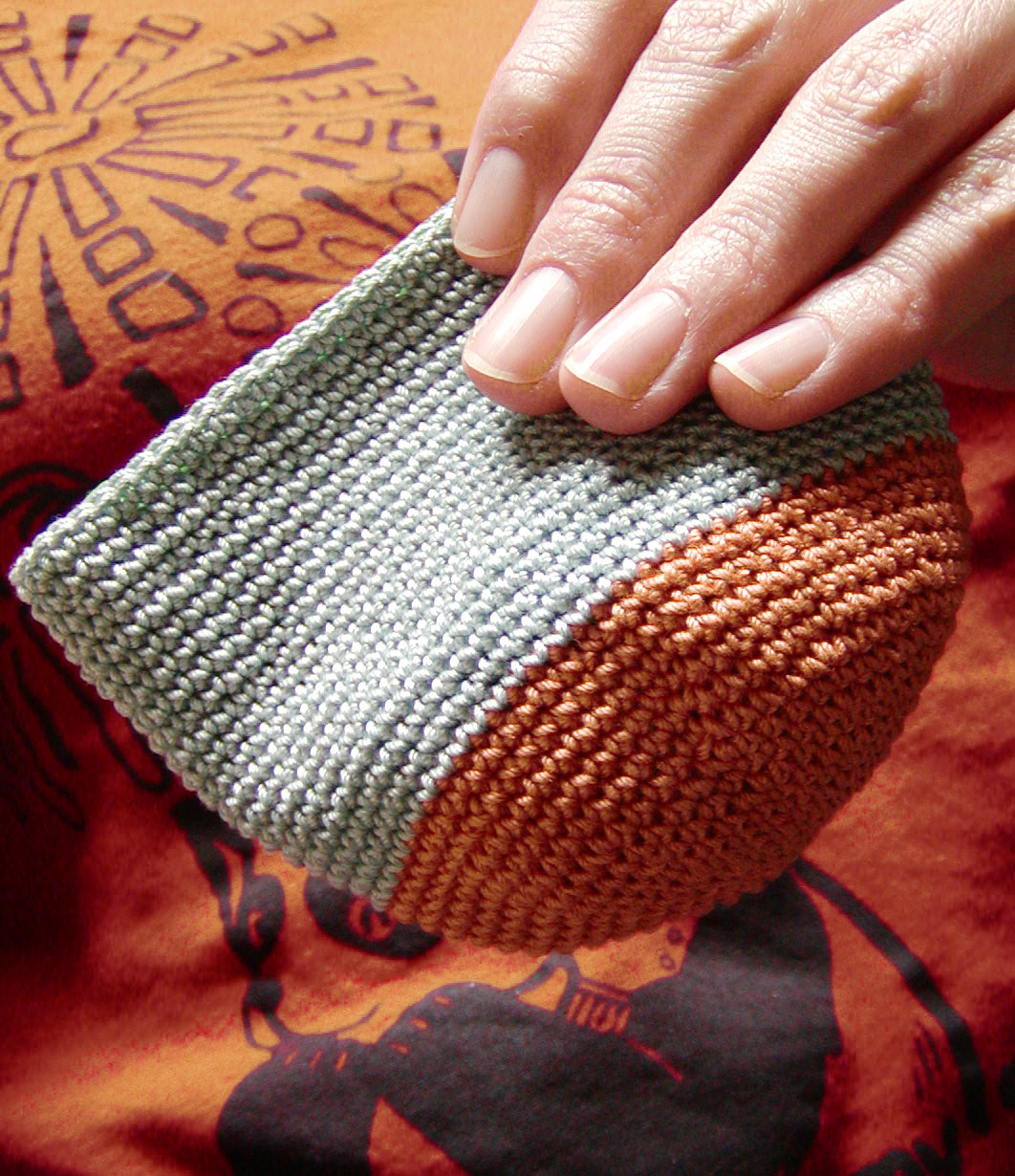 http://midnightknitter.com/blog/wp-content/uploads/2007/04/handy-pouch2.jpg